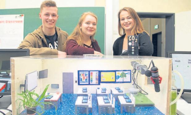 Junge Tüftler bauen Klassenraum mit Messgerät