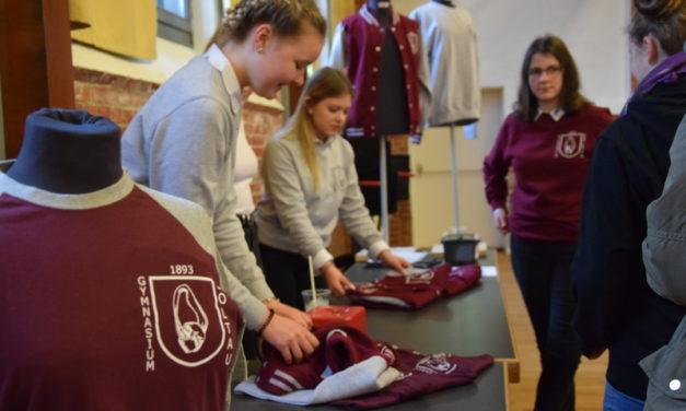 Verkauf von Schulkleidung am Tag der offenen Tür